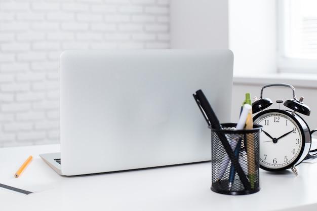 Biurowe miejsce pracy z laptopem