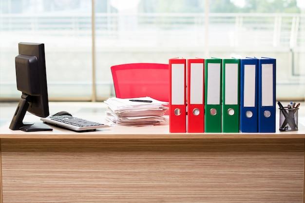 Biurowe segregatory na biurku