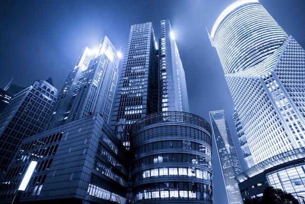Biurowiec w dzielnicy biznesowej lujiazui w szanghaju w kolorze niebieskim