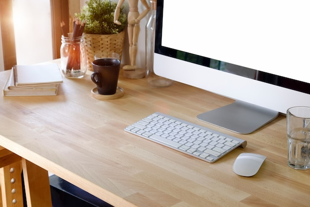 Biurowy drewniany komputer stacjonarny. akcesoria biurowe