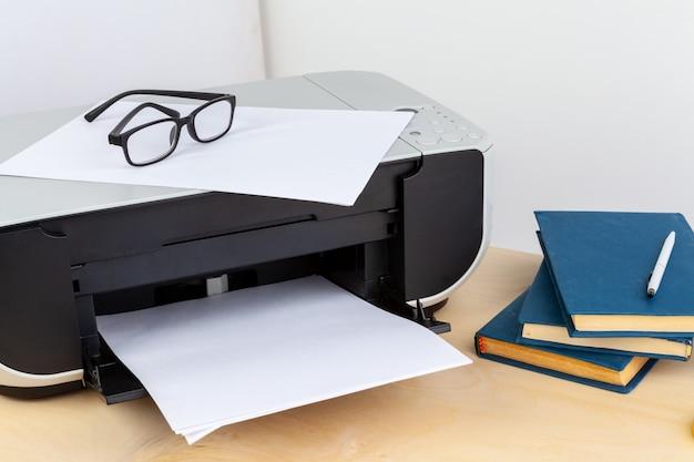 Biurowy drukarki zakończenie up na drewnianym stole