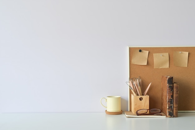 Biurowy obszar roboczy kawa, ołówek, książki i karteczka na pokładzie z miejsca na kopię.