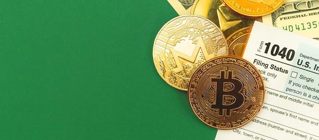 Biurowy pulpit roboczy z formularzami podatkowymi i kryptowalutami bitcoin człote monety, miejsce na kopię, zdjęcie banera