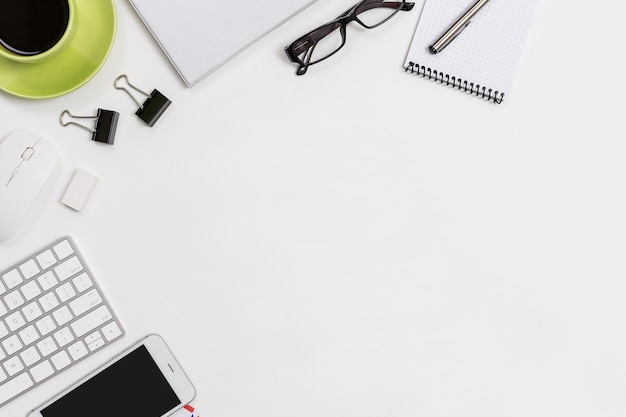 Biurowy stołowy odgórny widok z komputerową filiżanka smartphone smartphone klawiaturą i myszą.