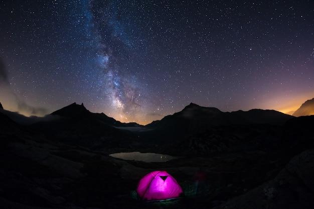 Biwakowanie pod gwiaździstym niebem i mleczną drogą na dużej wysokości w alpach.