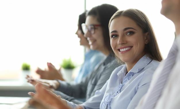 Biz współpracownicy podczas prezentacji