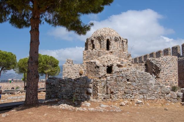 Bizantyjski kościół w twierdzy alanya kalesi w mieście alanya, turcja