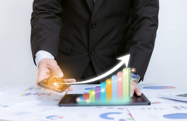 Biznes analizuje wykresy z rozwojem technologii, wskazując wykres korporacyjny na sukces i rosnący plan koncepcji