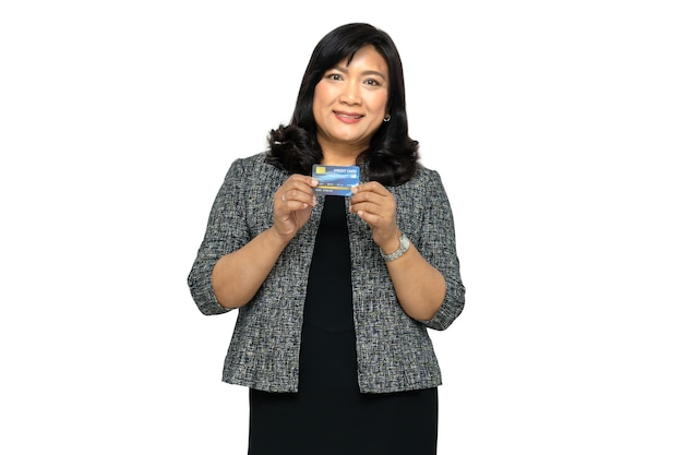 Biznes azjatyckich pani trzyma kartę kredytową na białym tle