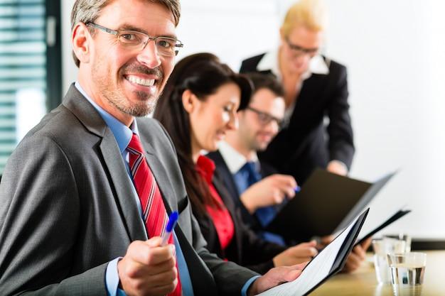 Biznes, biznesmeni mają spotkanie zespołu