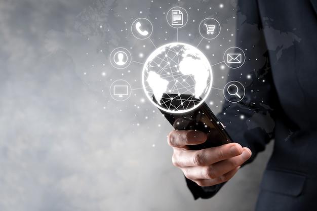 Biznes człowiek hiold, użyj, naciśnij ikonę infografikę społeczności technologii cyfrowej. koncepcja hi tech i big data. globalne połączenie.iot internet rzeczy . sieć informacyjno-komunikacyjna ict .