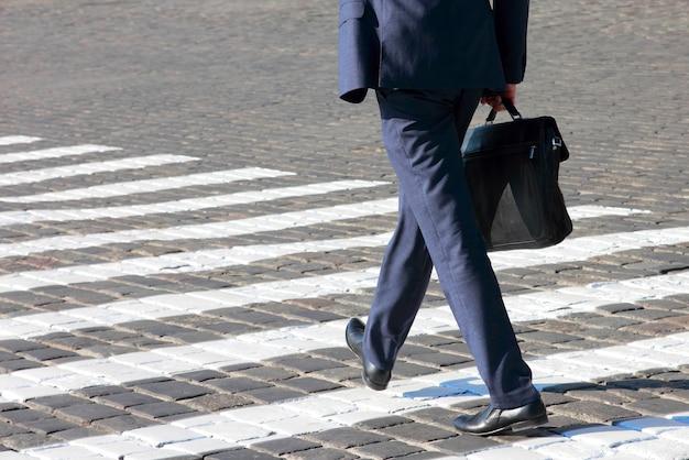 Biznes człowiek idzie na przejściu dla pieszych