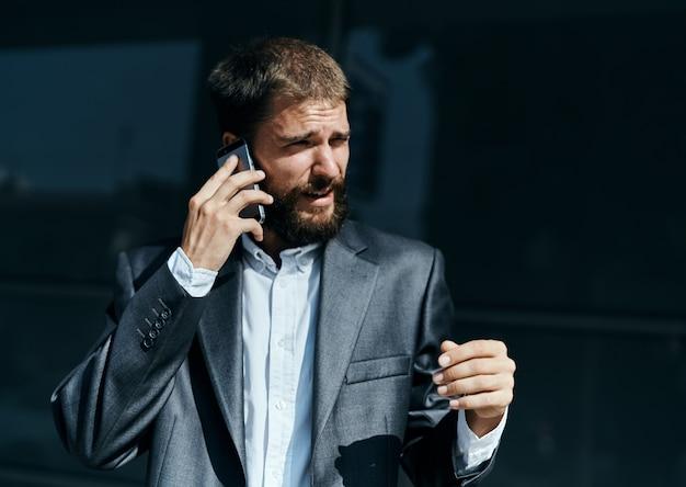 Biznes człowiek komunikuje się przez telefon na zewnątrz emocje menedżer stylu życia