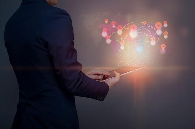 Biznes człowiek korzysta z tabletu z połączenia międzynarodowych ludzi za pośrednictwem sieci społecznościowej