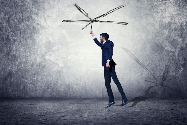 Biznes człowiek leci na szary pokój streszczenie