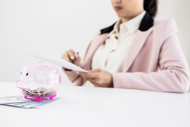 Biznes człowiek liczenie pieniędzy przy stole, koncepcja rachunkowości.