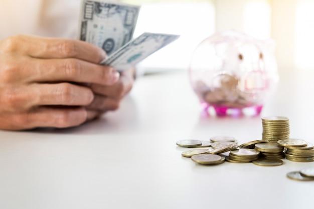 Biznes człowiek liczenie pieniędzy przy stole, koncepcja rachunkowości