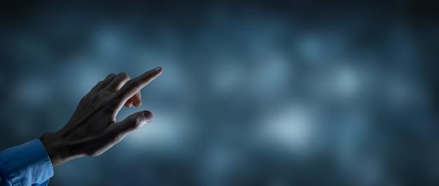 Biznes człowiek naciska na ekranie dotykowym