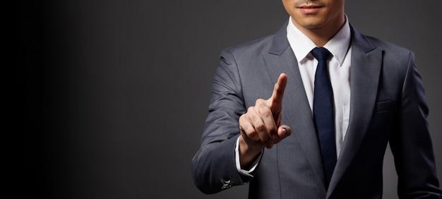 Biznes człowiek nosić garnitur dotykowy cyfrowy ekran punkt do aparatu
