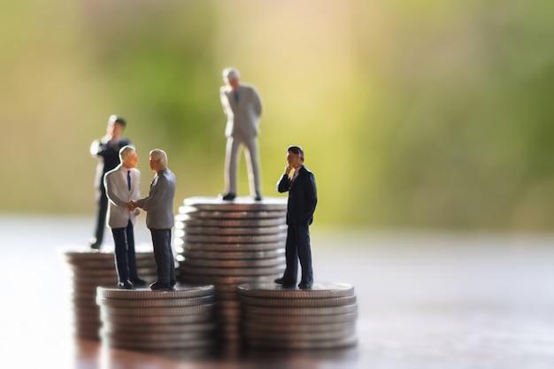 Biznes człowiek, oszczędności, inwestycje i finanse koncepcji