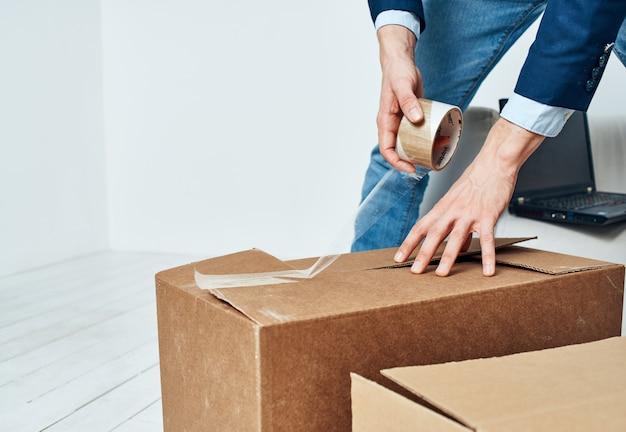 Biznes człowiek pakuje w pudełkach urzędnik kierownika biura