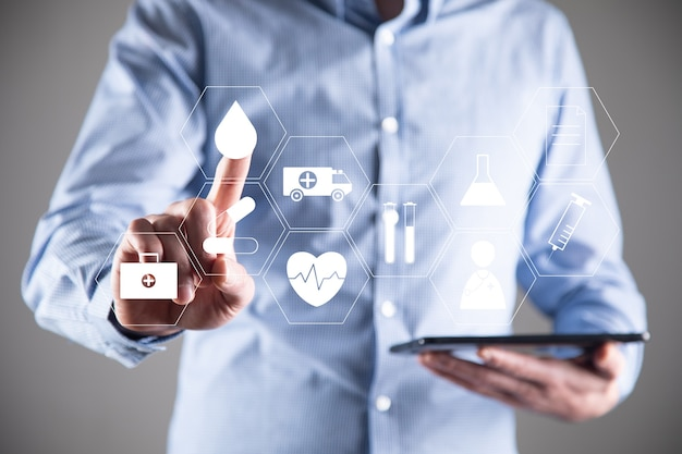 Biznes człowiek posiadający cyfrowy tablet z medyczną ikoną