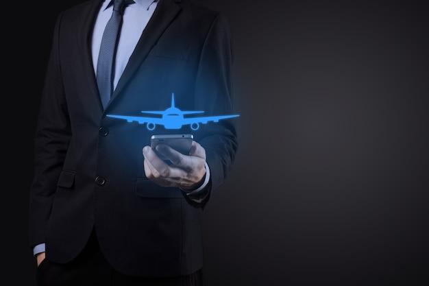 Biznes człowiek posiadający holograficzne wykresy i statystyki giełdowe zyskuje zyski. koncepcja planowania rozwoju i strategii biznesowej. wyświetlacz dobrej ekonomii na ekranie cyfrowym.