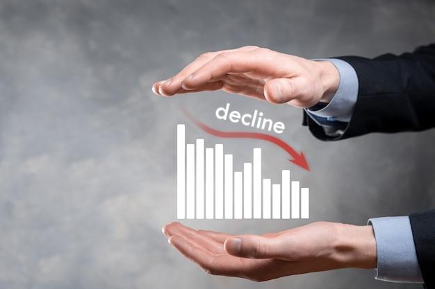 Biznes człowiek posiadający holograficzne wykresy i zapasów. spadek, spadek, spadek, spadek. statystyka biznesowa. kariera, pieniądze, koncepcja sukcesu. regresja, kryzys. koncepcja kryzysu biznesowego i finansowego