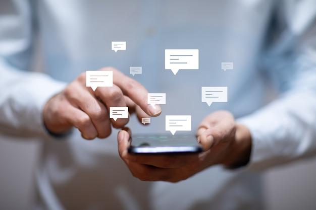 Biznes człowiek posiadający inteligentny telefon z objawami listu