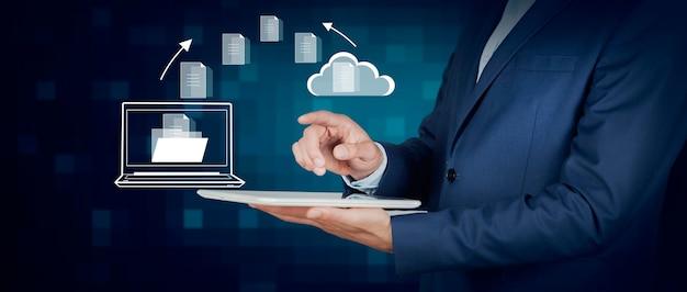 Biznes człowiek posiadający tablet z ikoną chmury plików