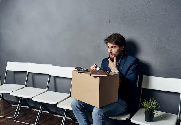 Biznes człowiek poszukiwanie pracy zwolnienie pole z rzeczy czekających