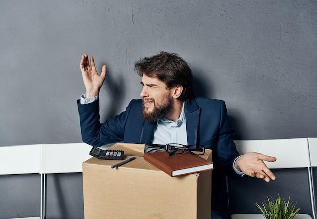 Biznes człowiek pudełko z rzeczy, poszukiwanie pracy, czekanie emocje.