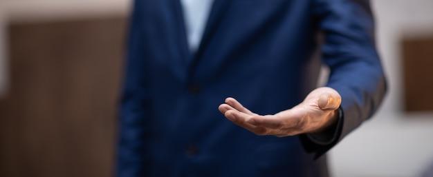 Biznes człowiek pusta dłoń na brązowym tle