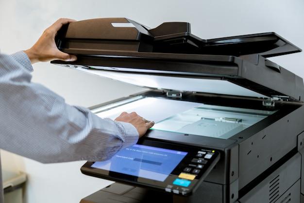 Biznes człowiek ręcznie naciśnij przycisk na panelu drukarki, skaner drukarki laserowe biuro kopia maszyny dostawy start