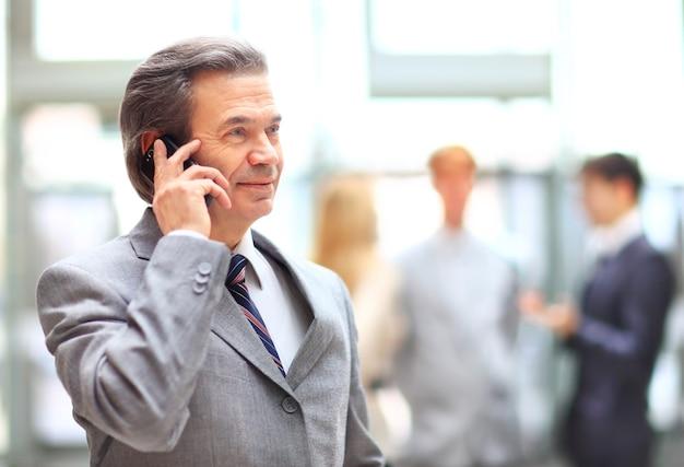 Biznes człowiek rozmawia przez telefon