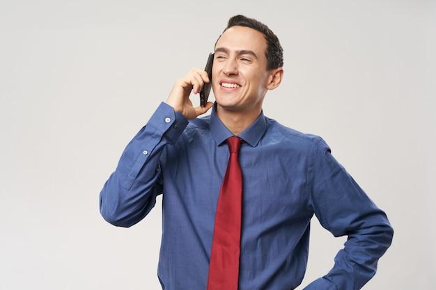 Biznes człowiek rozmawia w biurze technologii telefonu
