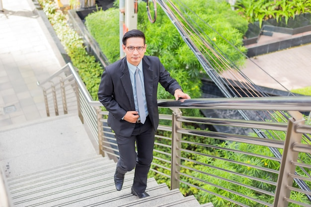 Biznes człowiek schodząc po schodach w godzinach szczytu do pracy. pośpiesz się.