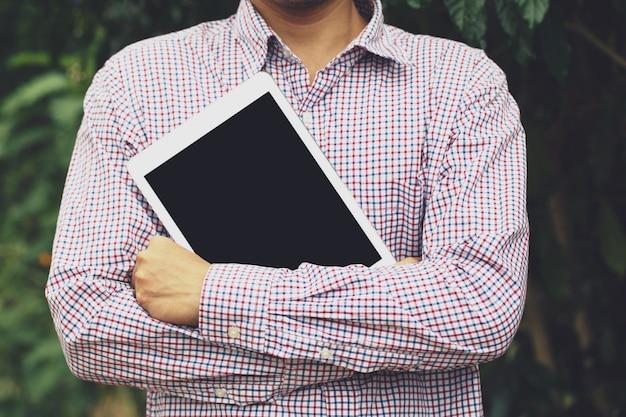 Biznes Człowiek Stoisko Przytulić Tablet. Lub Uczniowie Przygotowują Się Do Nauki. Premium Zdjęcia