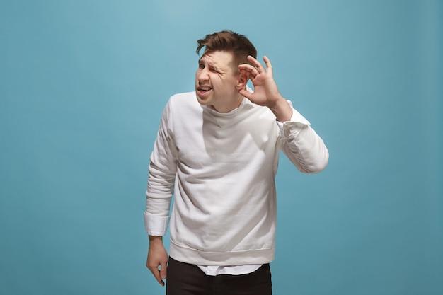 Biznes człowiek stojący i młody człowiek słuchający na białym tle na modnym niebieskim studio.