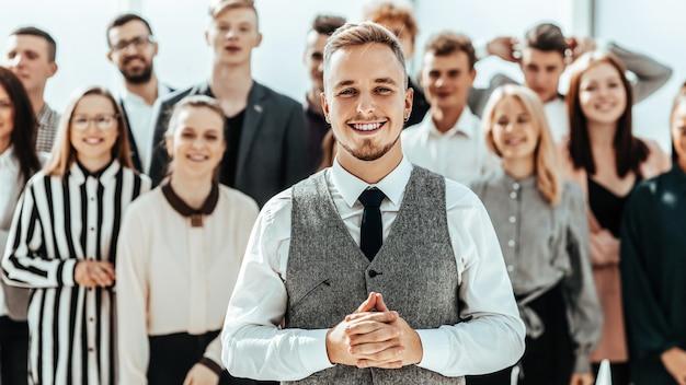 Biznes człowiek stojący przed grupą różnorodnych młodych ludzi