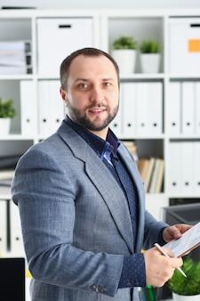 Biznes człowiek trzyma folder