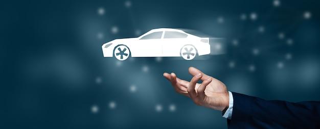 Biznes człowiek trzyma holograficzny samochód na ekranie