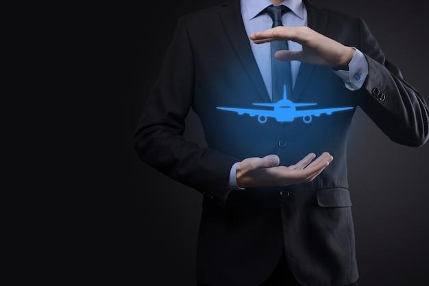 Biznes człowiek trzyma holograficzny samolot.