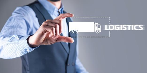 Biznes człowiek trzyma ikonę ciężarówki logistyki.