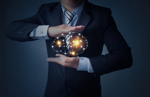 Biznes człowiek trzyma mózg w dłoni