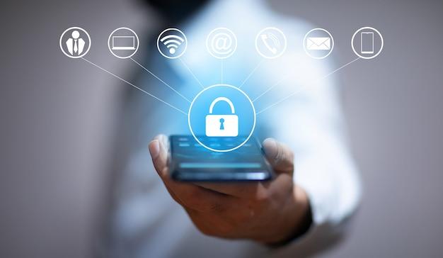 Biznes człowiek trzyma smartfon z ikoną kłódki