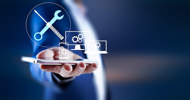 Biznes człowiek trzyma smartphone z konserwacją i naprawą