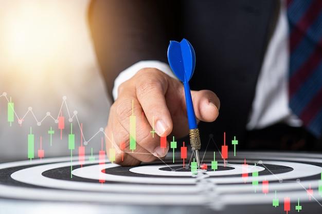 Biznes człowiek umieścić cel na tarczy, giełdzie i koncepcji finansów