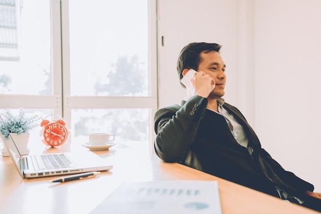 Biznes człowiek używa inteligentnych telefonów.