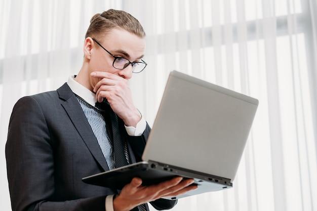 Biznes człowiek w eleganckim garniturze pracuje w biurze
